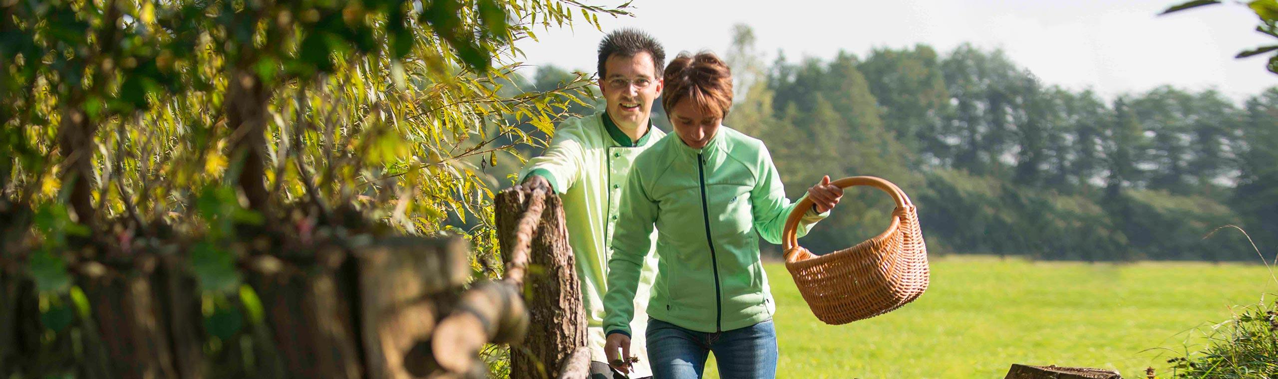 Ehepaar Schnupp im Grünen auf der Suche nach Wildkräutern