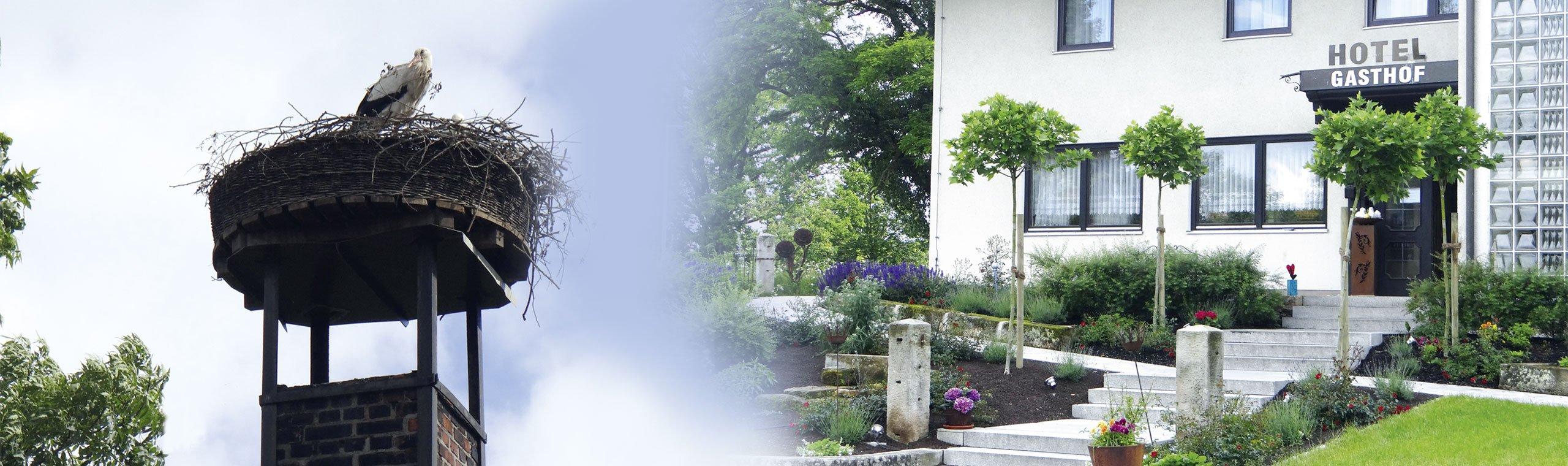 Außenansicht des Hotels und ein Storchennest