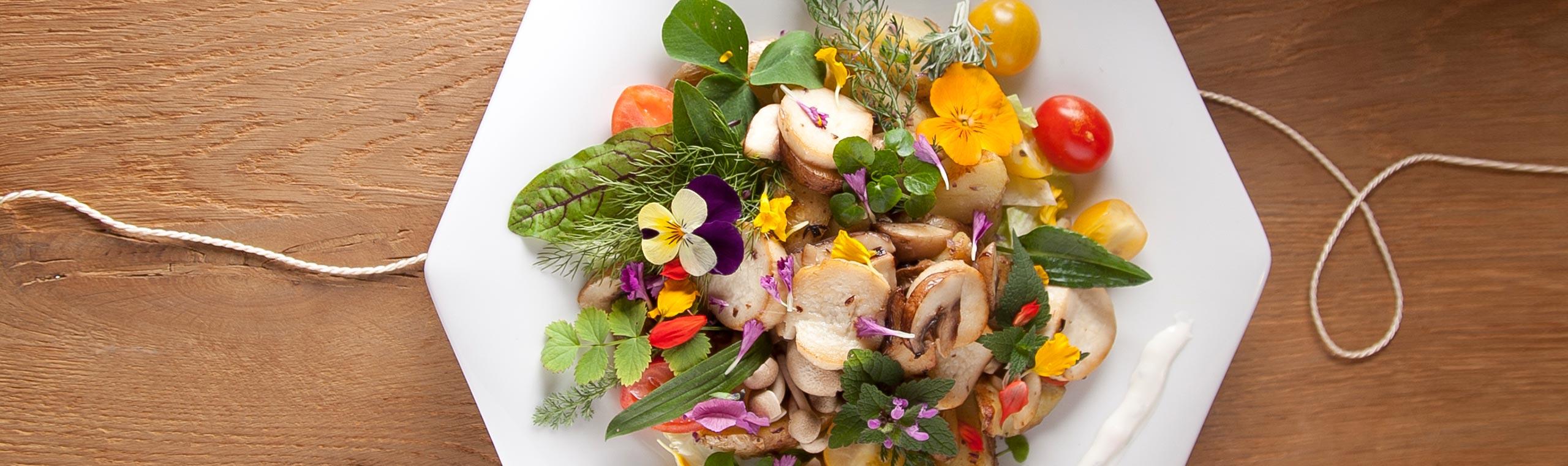 Wildkräutersalat mit Blüten