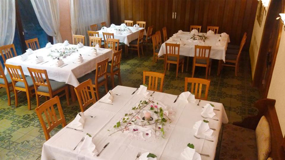 Ein Raum mit vier eingedeckten Tischen