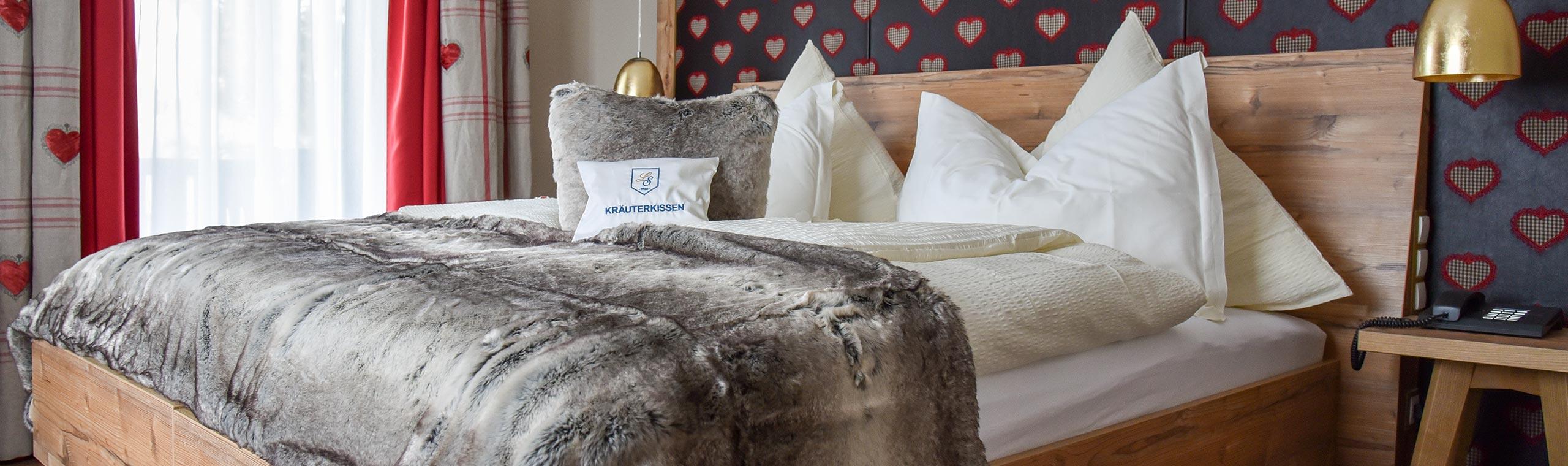 Zimmer mit Bett und Flauschdecke