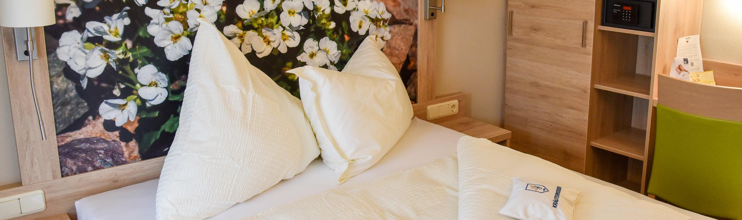 Hotelzimmer mit Bett und Schrank