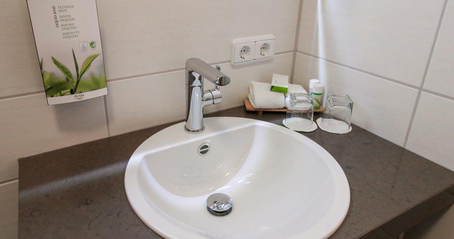 Ein Waschbecken im Hotelzimmer
