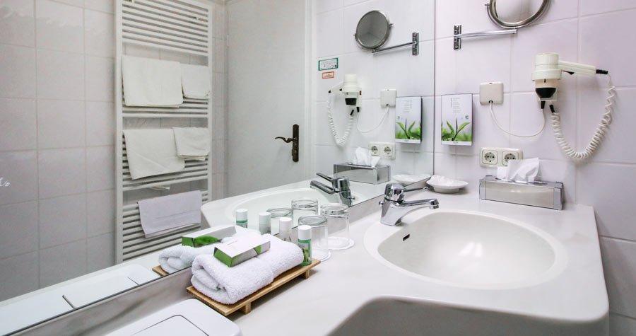 Waschbecken im Bad mit Haartrockner und Ausstattung